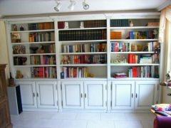Bücherwand mit farbig abgesetzten Profilen