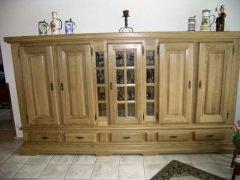 Wohnschrank mit schweren Profilen und Türen